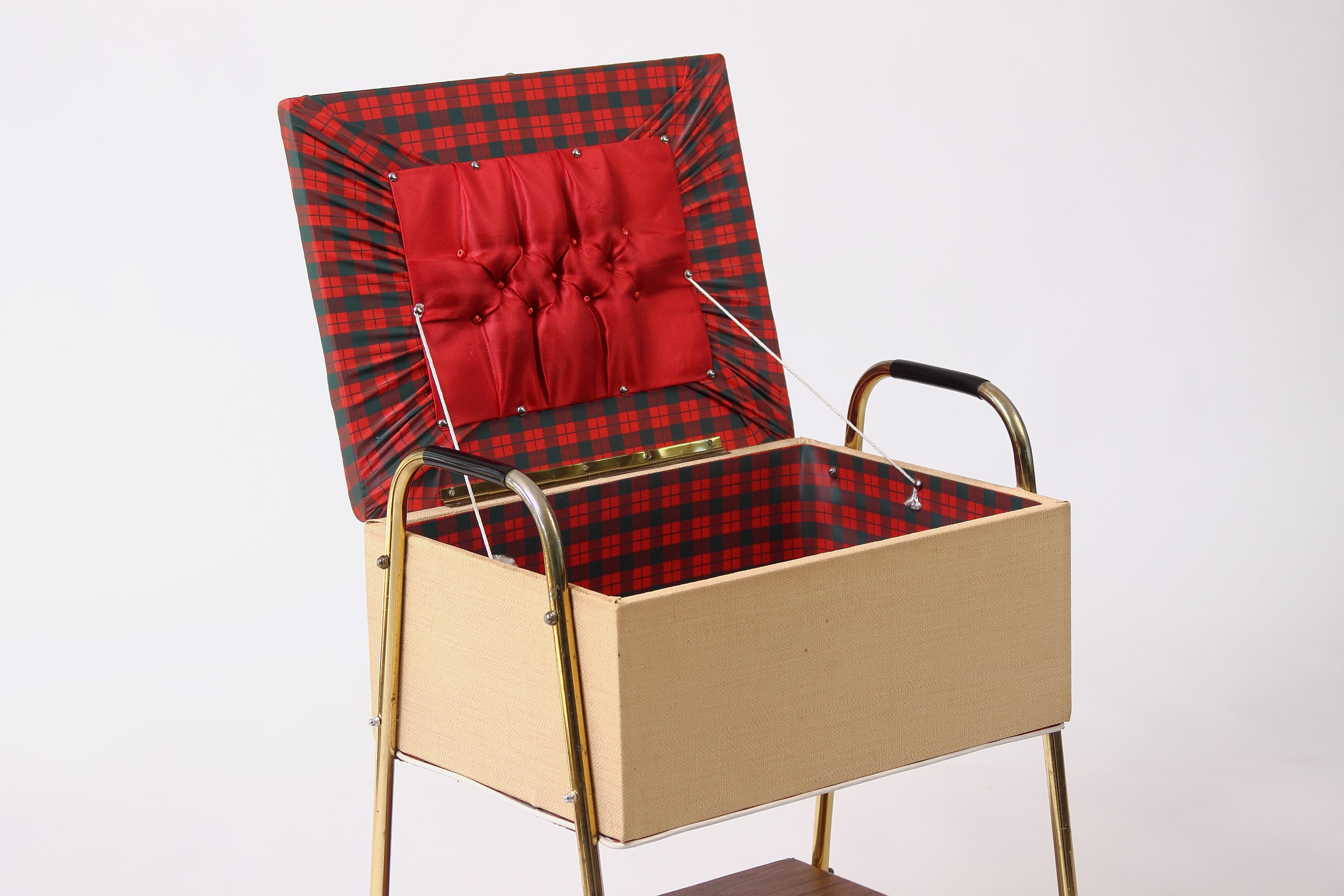 truhe n hkastn tisch kiste aufbewahrungstisch mit rollen. Black Bedroom Furniture Sets. Home Design Ideas
